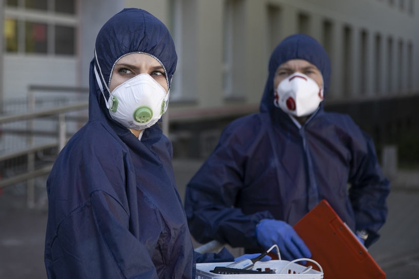 Medycy w strojach ochronnych, zdjęcie ilustracyjne /Jacek Szydlowski /Agencja FORUM